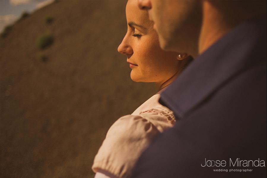 Fotografía en sesión de fotos de pre-boda en el Centenillo La Carolina. Novia con maquillaje natural y pose relajada.