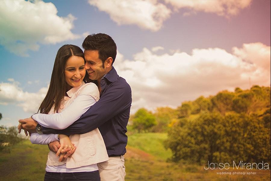 Novios abrazándose en sesión de fotos pre-boda en el campo en las minas del Centenillo.