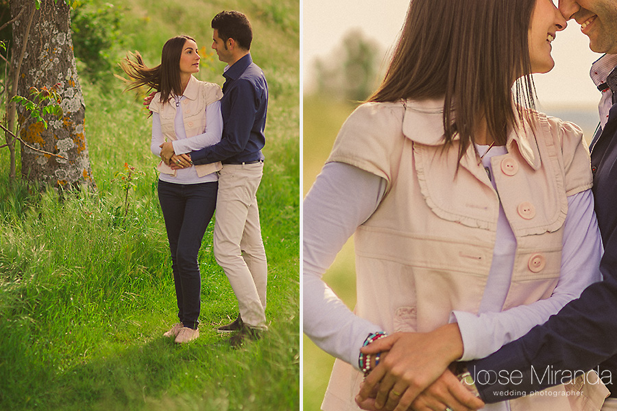 Foografia de pareja en sesión de pre-boda en el campo. Novia con pulseras de colores y colgante viceroy en El Centenillo, La Carolina