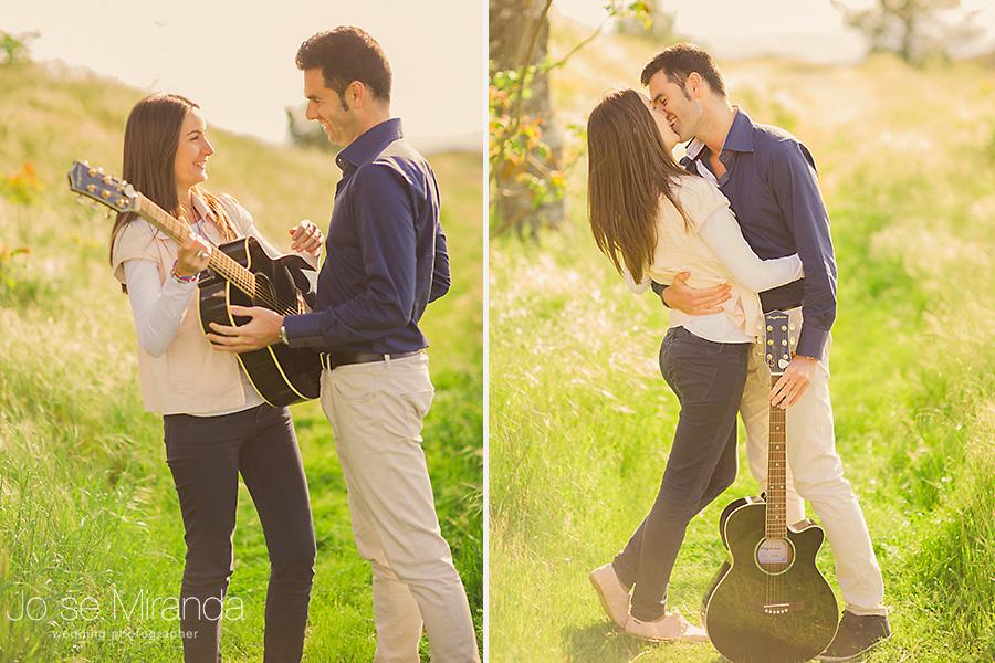pareja besándose en un paseo de pre-boda con guitarra en el campo de El Centenillo, La Carolina
