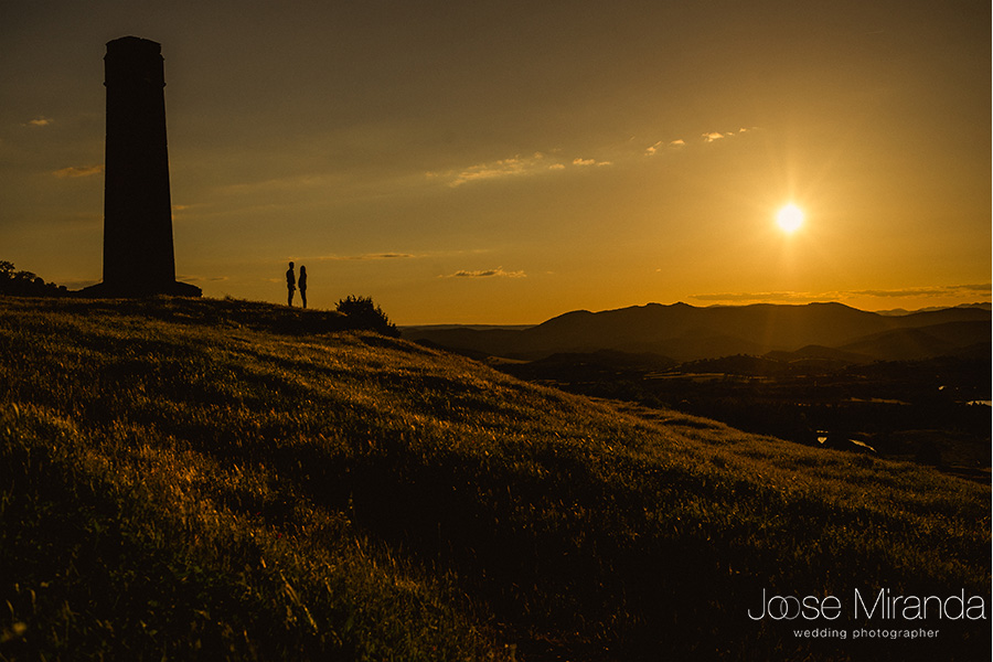 cielo con sol y contraluz de pareja junto a chimenea de las minas de El Centenillo. La Carolina