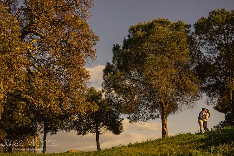paisaje de árboles al atardecer y hombre y mujer en un paseo. El Centenillo. La Carolina