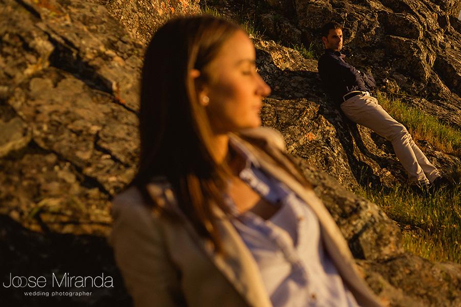 hombre enfocado con pantalon beige y camisa azul oscuro y mujer en primer plano en paisaje de montaña. El Centenillo. La Carolina