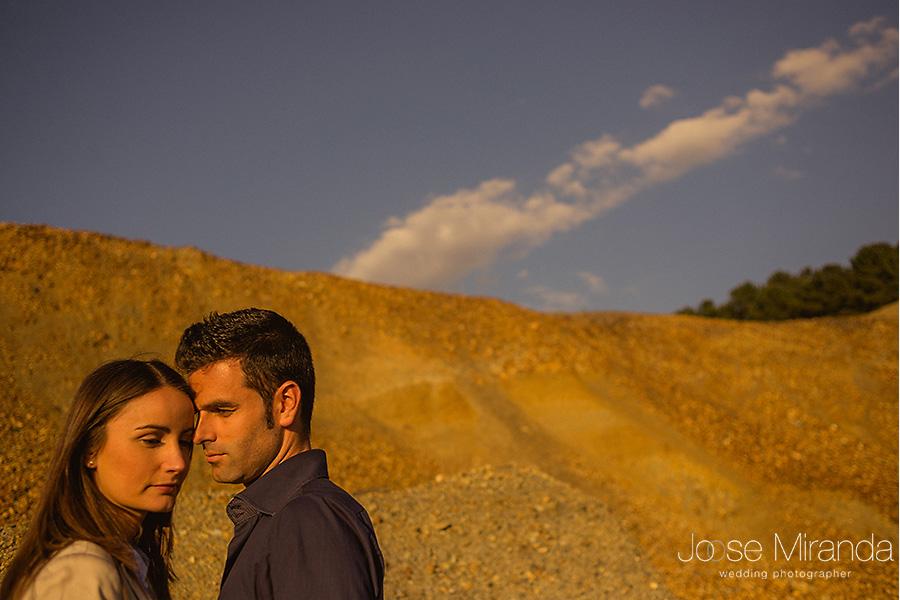 Fotografia de novios guapos enamorados y vestidos sport en el desierto. La Carolina. El Centenillo