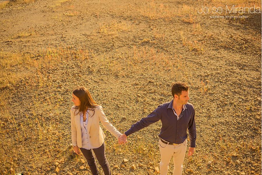 posado de hombre y mujer cogidos de la mano en el desierto en una pre-boda en La Carolina. Jaén.