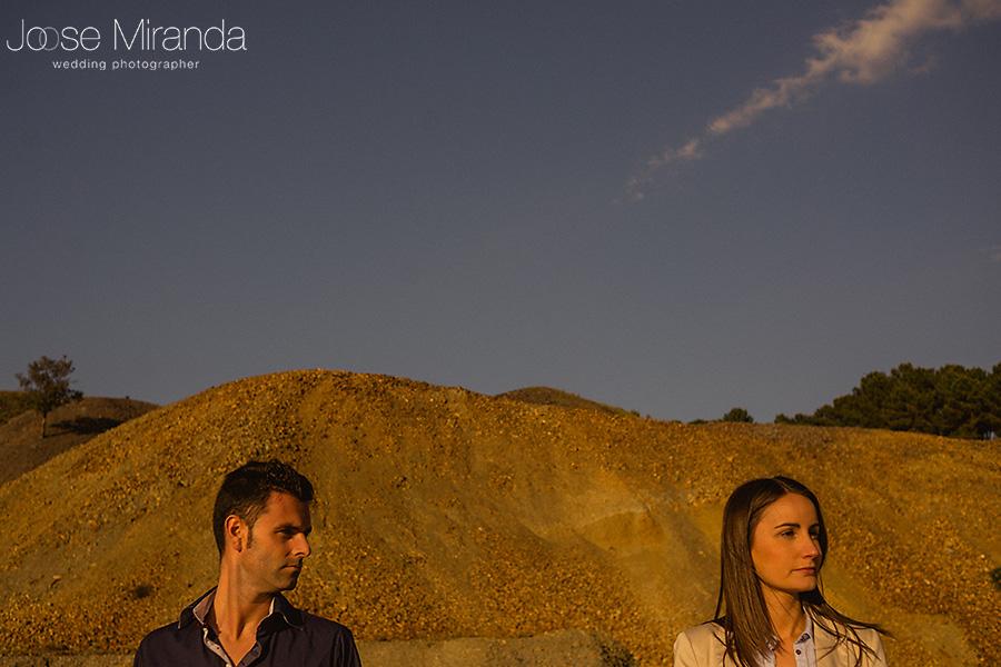 hombre mirando a mujer en fotografia de pre-boda y paisaje desértico