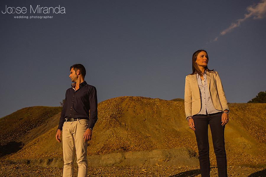 fotografia en monte de tierra y cielo azul de pareja