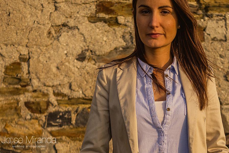 retrato de mujer con cabello liso y mirada bonita en pared en ruinas