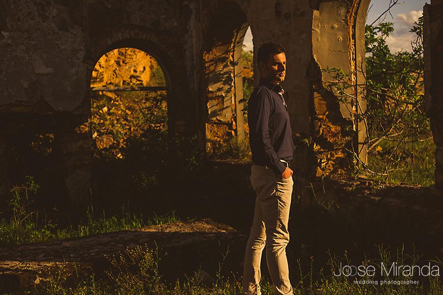modelo masculino en edificio en ruinas