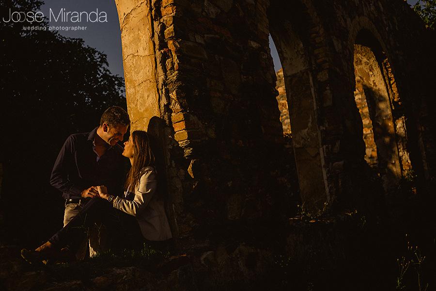 novios enamorados iluminados por la luz del sol en sesión de fotos en La Carolina. Las minas de El Centenillo