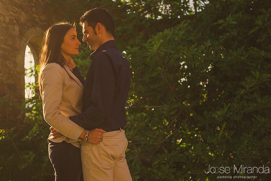 mujer enamorada abrazada a hombre en edificio en el campo con arcos en La Carolina. Jaén.