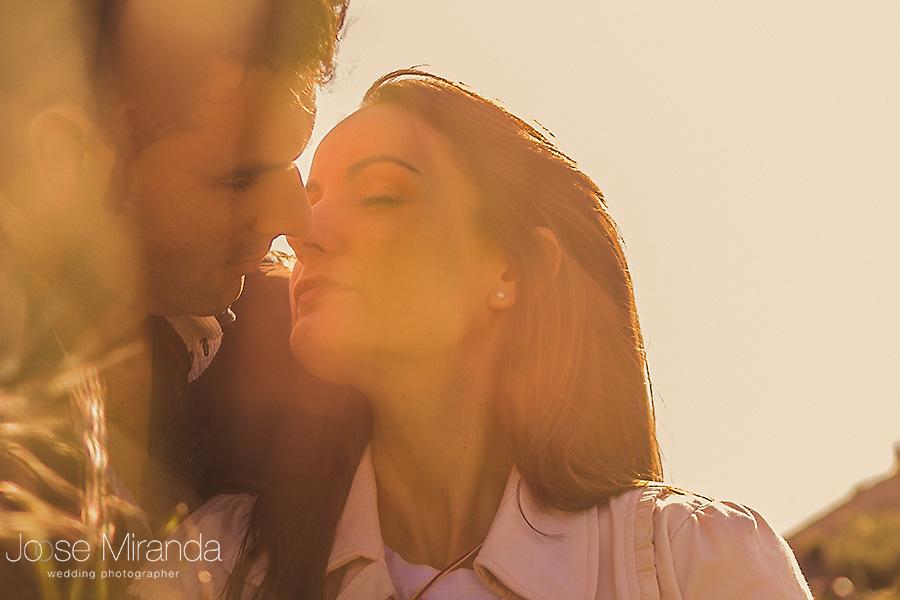 el beso entre hojas en foto de pre-boda