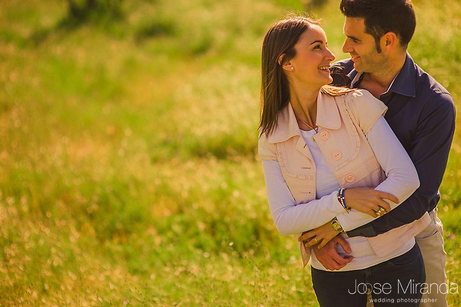 Fotografia de pre-boda de pareja comprometida mirándose felizmente en el campo del Centenillo en La Carolina.
