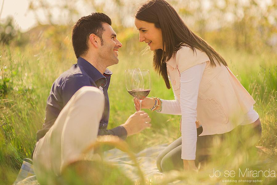 Fotografía de Pre-boda en novios brindando con vino en un picnic. En el campo de El Centenillo, La Carolina.