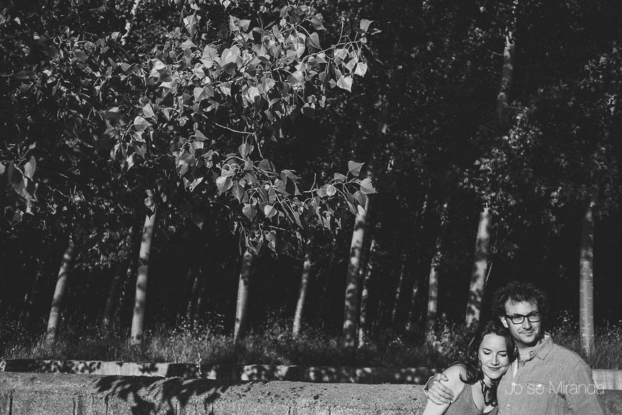 novios abrazados en bosque en foto blanco y negro de pre-boda en Granada