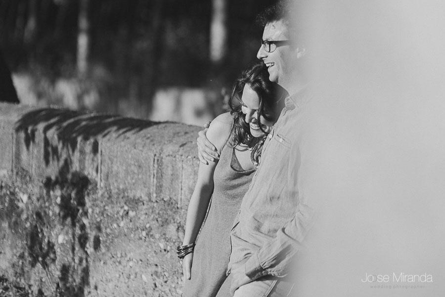 pareja en enamorados en un ejemplo de fotografía de pre-boda en el campo de Granada