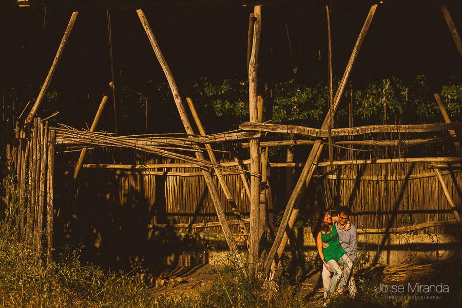 fotografía en secadero de tabaco con tonos cálidos de pareja en Granada
