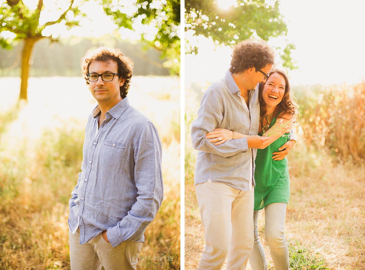 retrato de hombre en el campo mientras conversa con pareja y sonríen