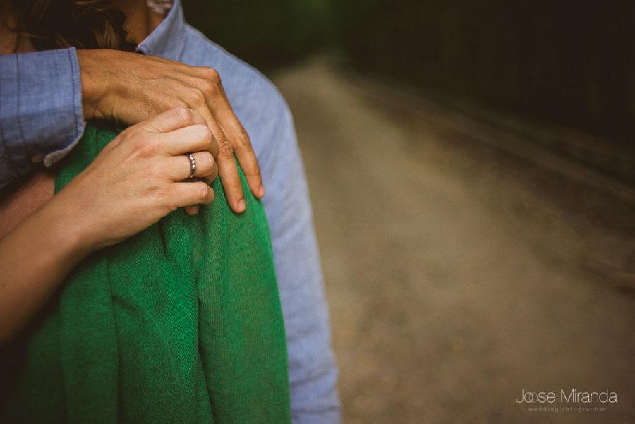 anillo de compromiso de novia en foto de manos de pareja
