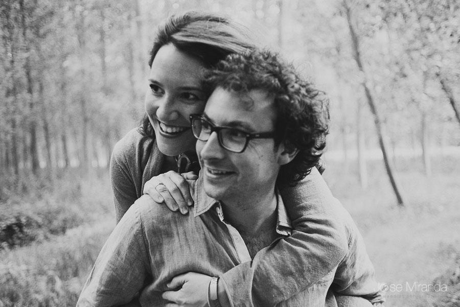 retrato en blanco y negro de enamorados en el bosque de Granada