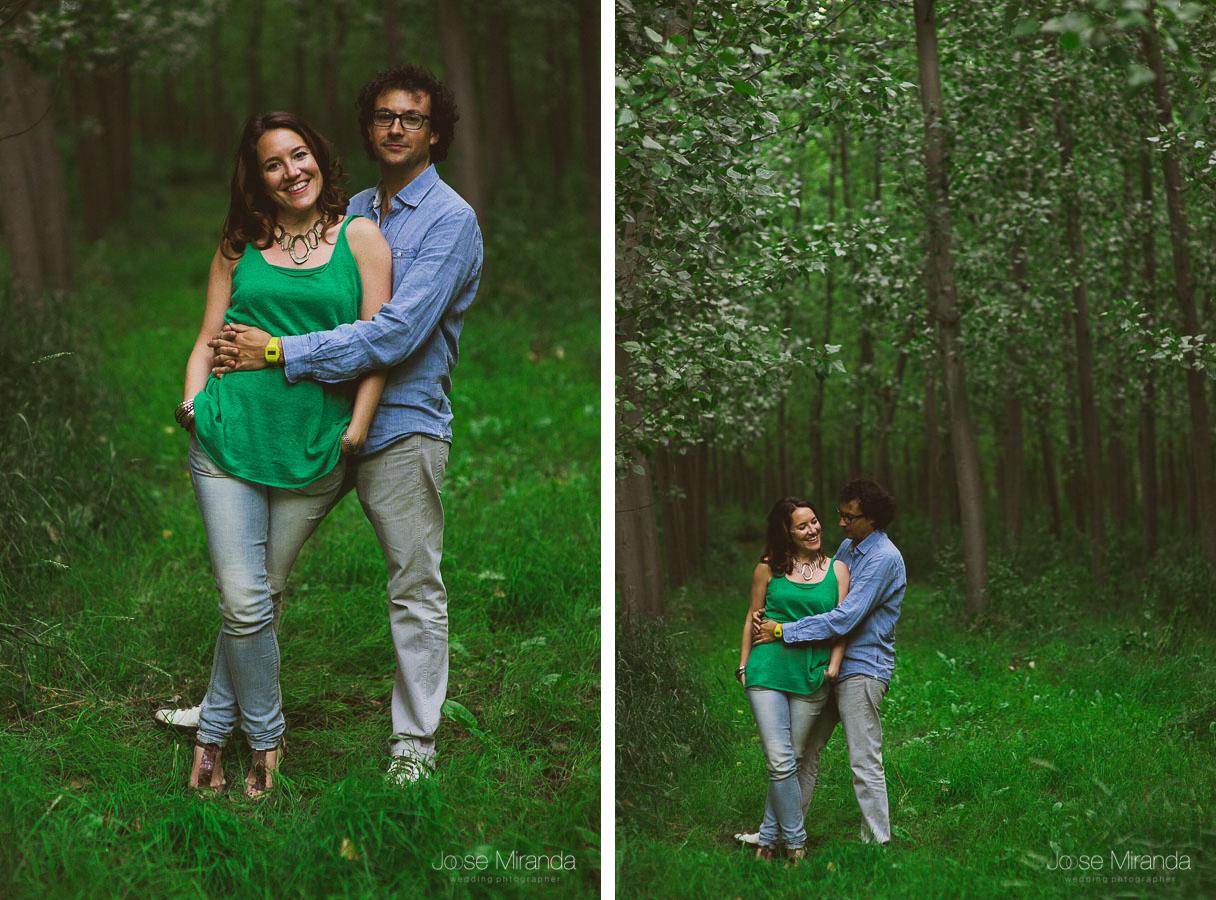 serie de fotografias de pareja enamorada en el campo haciendo su sesión de pre-boda en Granada
