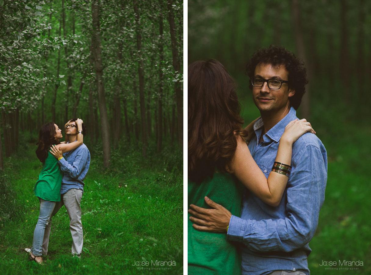 fotos de novia acariciando el pelo de su novio con gafas y árboles frondosos en una tarde de verano