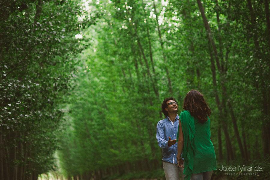 hombre guiando a su mujer en un camino de tierra en la tarde de la primavera en Granada en una fotografia de pre-boda