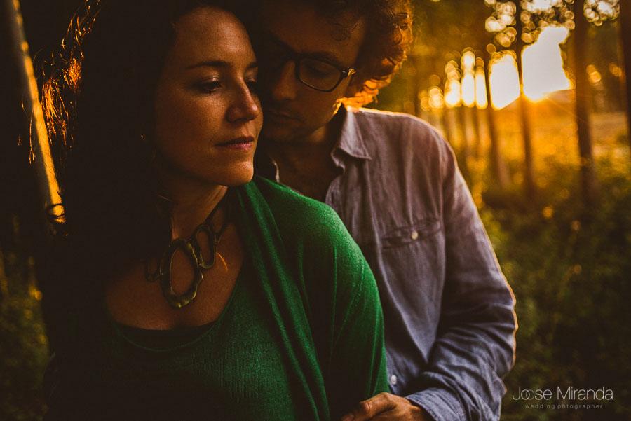 primer plano de pareja de enamorados en el atardecer con luces y reflejos dorados