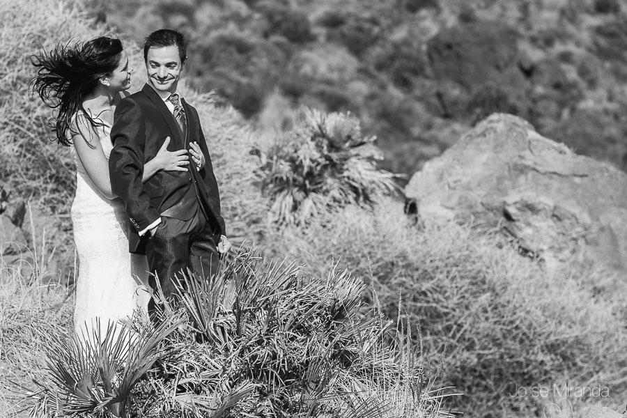 novios abrazados en el mirado del cabo de gata en almería con el fondo del paisaje de las montañas en una fotografi de boda de jose miranda