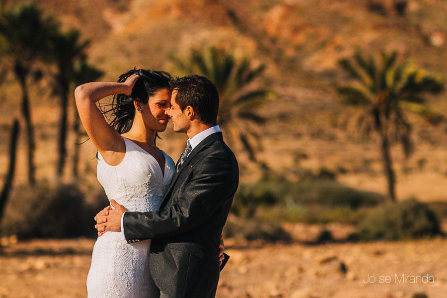 Mirada complice entre novios en sesion de fotografia de post-boda en la playa del playazo en Almeria.
