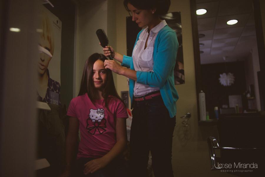 Novia peinando a su sobrina para su boda en una peluquería  Linares en una fotografia de boda de Jose Miranda