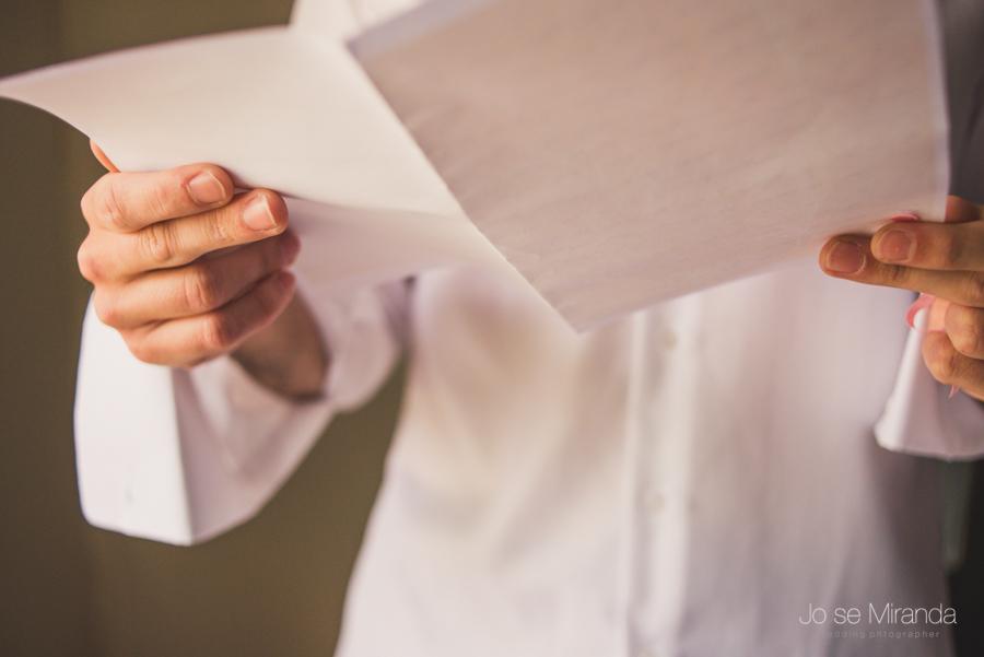 Detalle de la una carta de novia a novio en el día e su boda en Linares en una fotografia de boda de Jose Miranda
