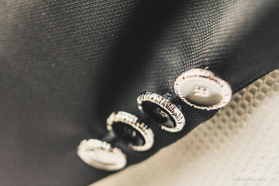 Detalle de los botones del puño del traje del novio en una fotografía de boda de Jose Miranda en Linares, Jaén