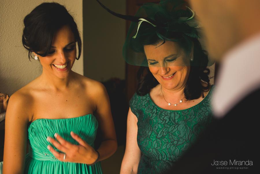 Hermana del novio emocionanda mientras mira lo guapo que está con su madre al lado en una boda en Linares de Jose Miranda
