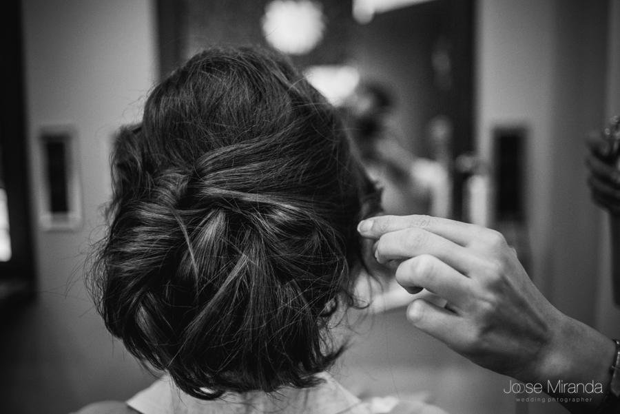 Peinado de la novia con los últimos retoque de la peluquera Rebeca en Linares en fotografia de boda en Linares