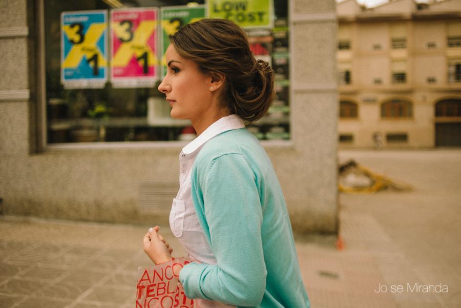 fotografia de novia el día de su boda por las calles de Linares