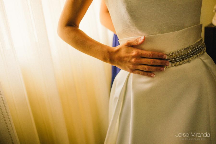 fotografía de novia con unas con manicura francesa y cinturón de perlas y brillos de la serie soiree de Jesús Peiro