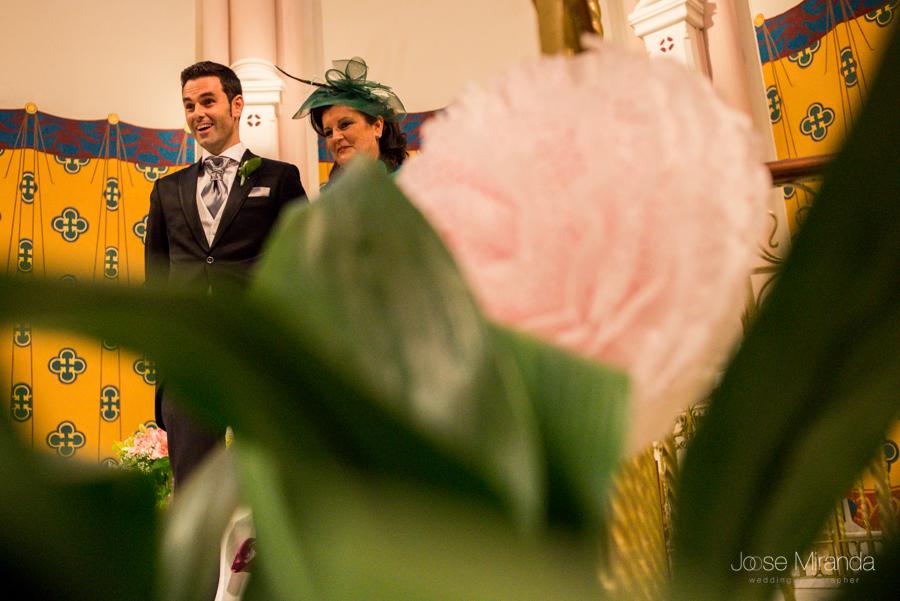 La cara de sorpresa del novio y la madrina viendo a la novia en una ceremonia de boda en el Hospital de los Marqueses de Linares en una fotografía de boda de Jose Miranda