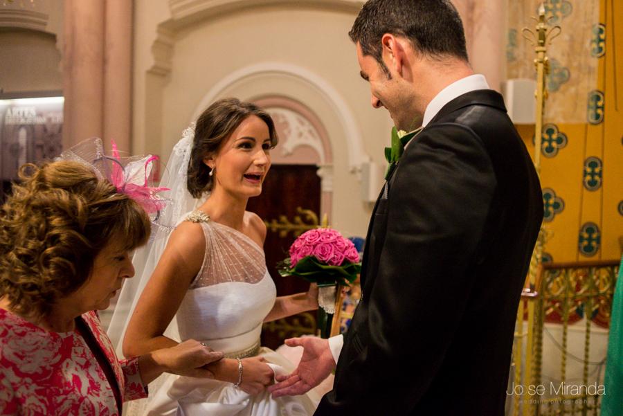 Novio recibiendo a la novia en una ceremonia civil en el Hospital de los Marqueses de Linares en una fotografia de boda de Linares