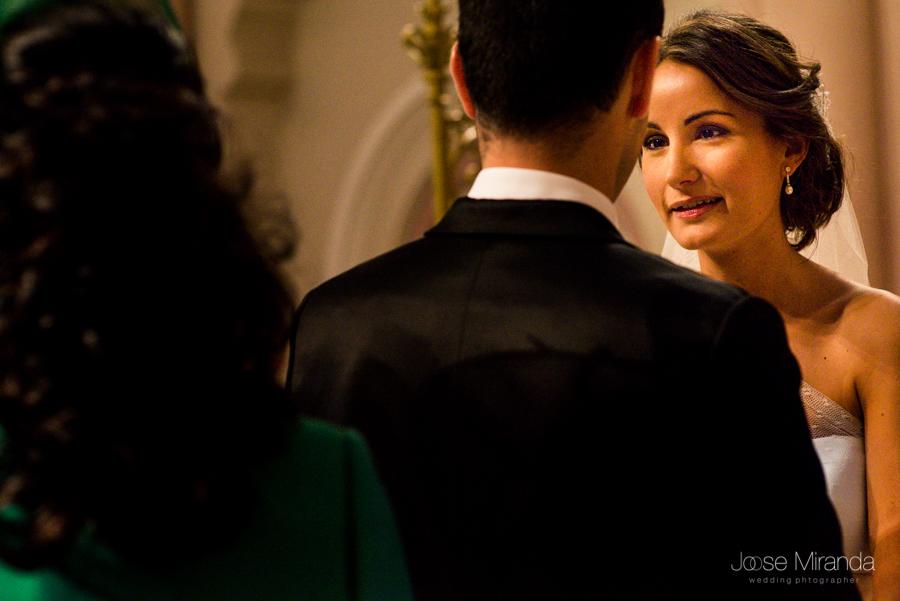 Novia mirando inténsamente a su novio durante su celebración civil en el Hospital de los Marqueses de Linares