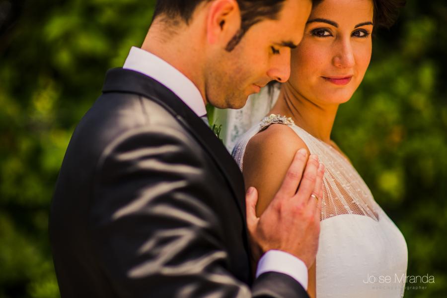 retrate de novios con la novia mirando y el novio acercándose a ella románticamente en los campos de Linares