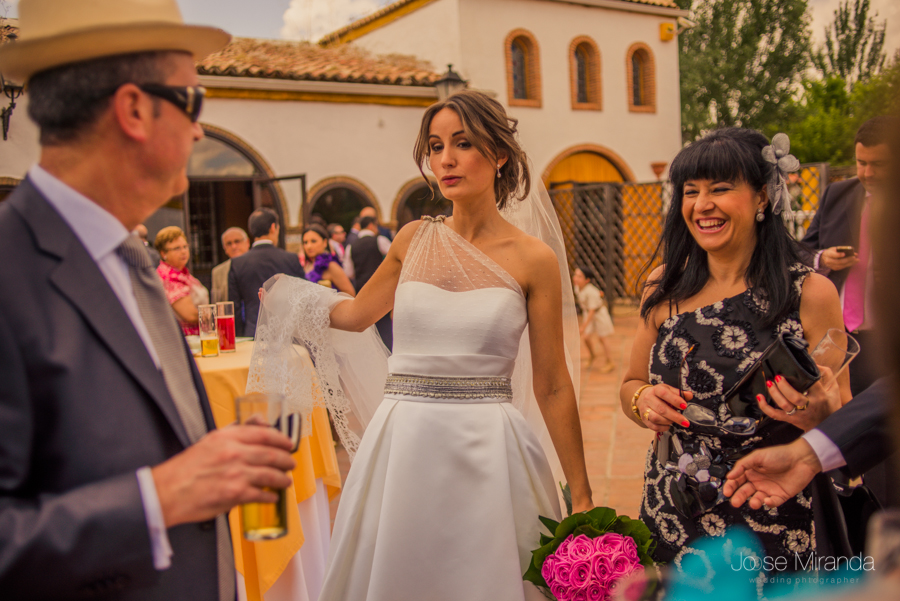 Novia con cara de sorprendida ante los comentarios de los invitados a la boda en La Hacienda el Campero de Linares en una fotografía de boda de Jose Miranda