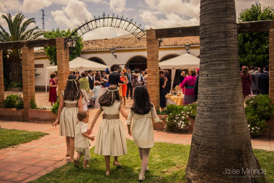 Niñas de arras jugando en el cesped de La Hacienda El Campero de Linares durante la boda de Inma y Antonio