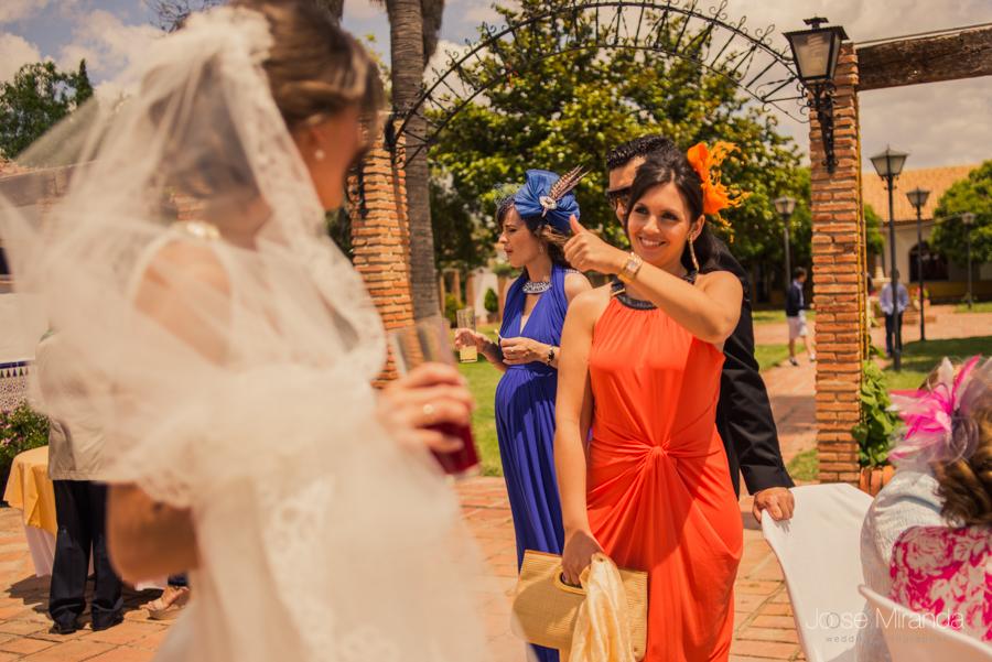 Invitada a la boda saludando de forma expontánea a la novia mientras entra a la copa de espera de su boda en La Hacienda El Campero de Linares