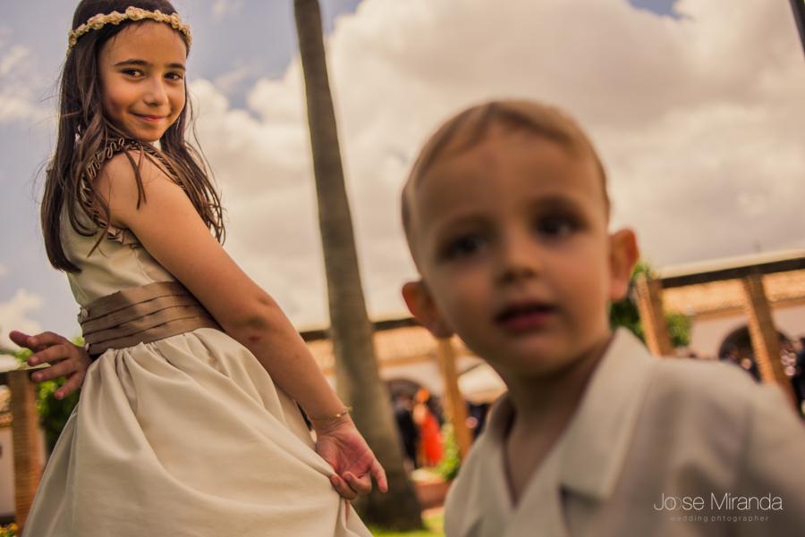 Niño de arras desenfocado y la niña de arras enfocada mientras baila en la Hacienda El Campero de LInares