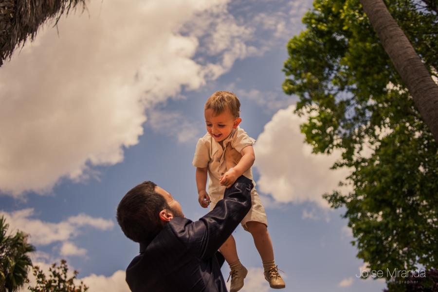 Niño de arras en volandas de su padre entre los arboles de la hacienda el Campero de Linares