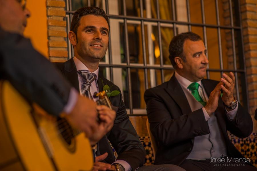 Novio comienza a cantar acompañado de guitarras y su padre palmeando en la Hacienda El Campero de Linares en una fotografia de Jose Miranda