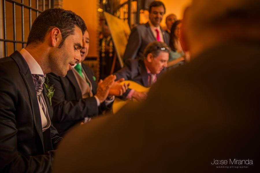Novio cantando a la novia mientras palmea su padre y los asistentes a la boda lo miran en La Hacienda El Campero de LInares