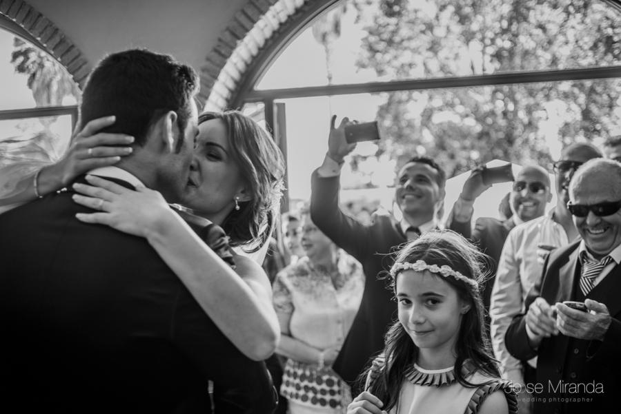 Novios se besan apasionadamente mientras los invitados aplauden y toman fotos en La Hacienda El Campero de LInares
