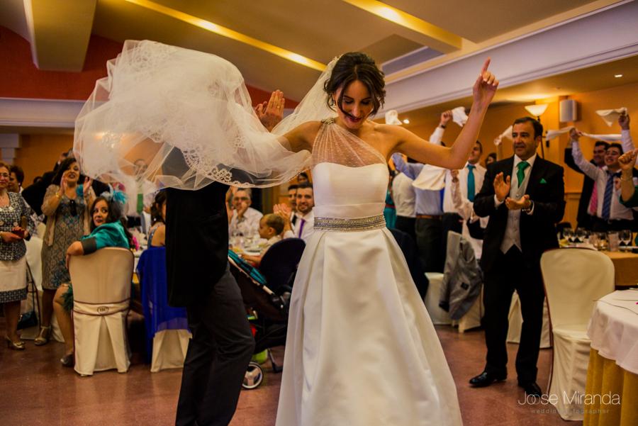 Novia baila mientras el novio aplaude y la gente los ovaciona en la Hacienda El Campero de Linares